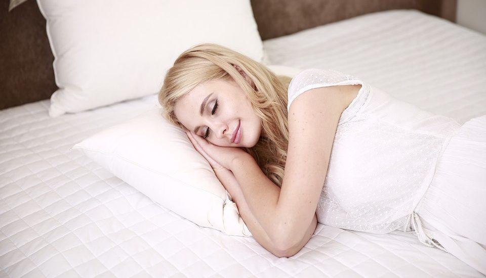 sen na łóżku