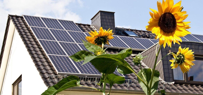 Panele słoneczne zamontowane na dachu przez firmę APP Energy Lublin