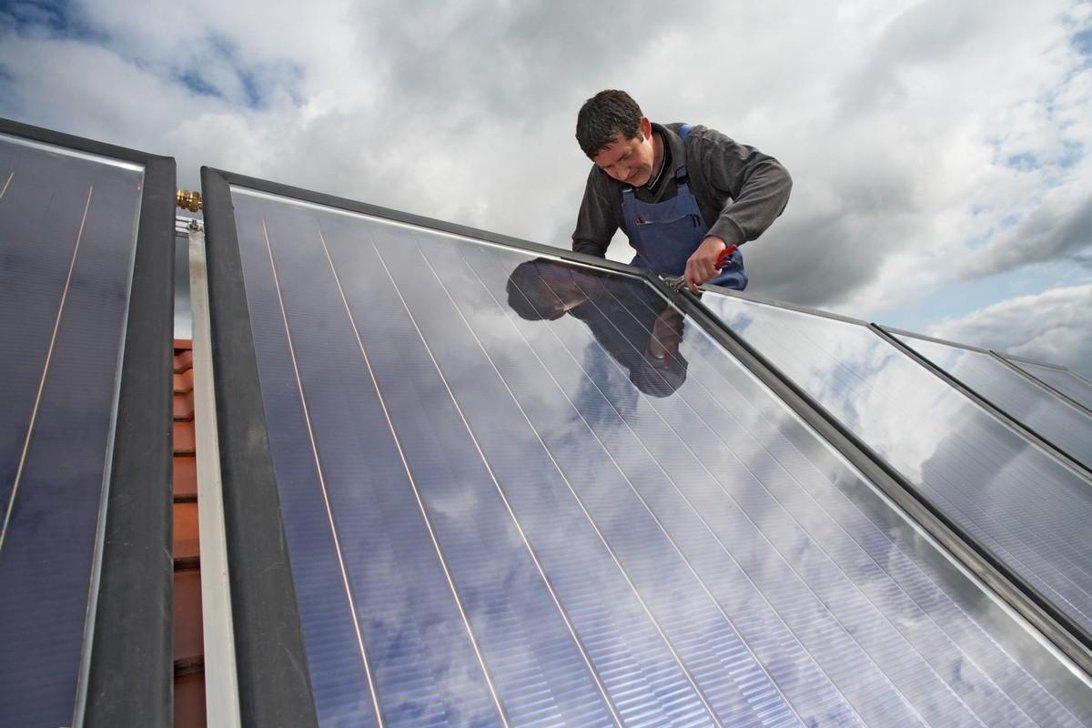 Pracownik firmy APP Energy montujący instalację fotowoltaiczną na dachu w Lublinie